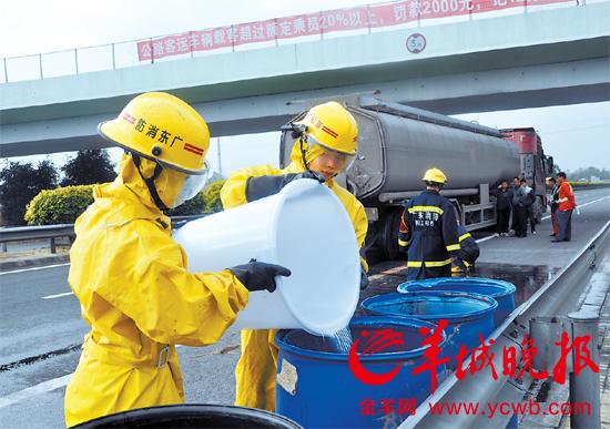 消防官兵调来大水桶收集泄漏的硫酸