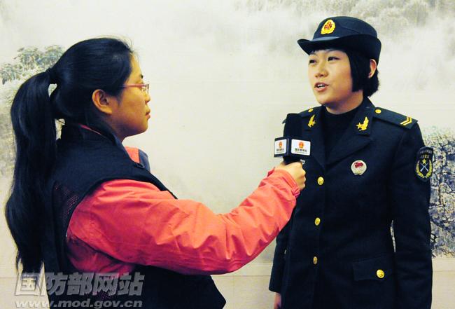 记者采访北京卫戍区某通信站女兵连战士李鑫
