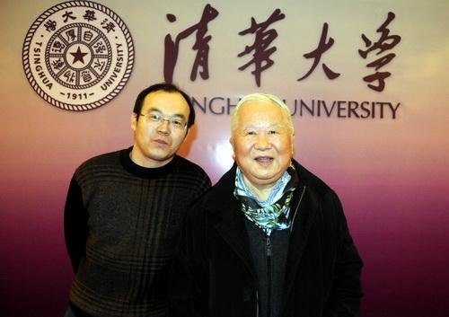 本网记者赵永新(左)与2011年度国家最高科技奖获得者吴良镛(右)合影