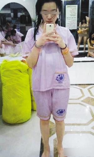 照片中的小姑娘穿着洗浴中心统一配发的粉红色短袖衣,头发仍湿漉漉的