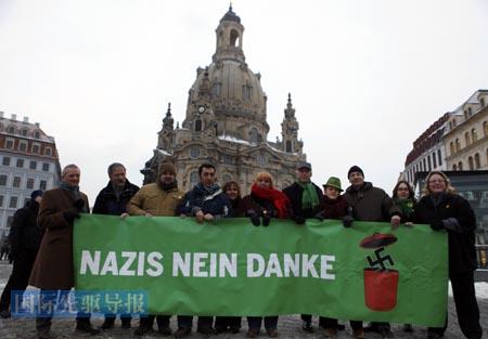 """对现代的绝大多数德国人来说,纳粹德国是一段""""黑暗篇章"""",是一个他们想与之划清界限的符号。2月13日,德国绿党成员在德累斯顿市游行反对极右翼分子,他们的标语上书:""""纳粹,不,谢谢""""。路透社"""