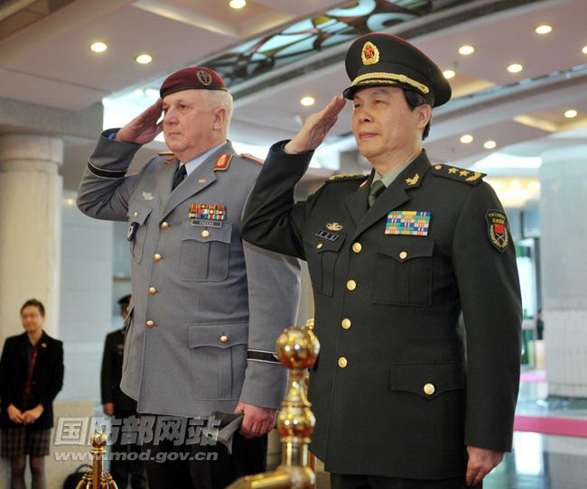 民解放军陆军仪仗队.李晓伟摄-蔡英挺与德国陆军监察长会谈