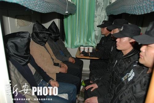 列车上特警全副武装,押解犯罪嫌疑人回阜阳.