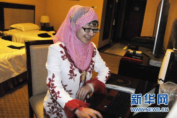 3月3日,全国人大代表毕红珍向记者展示农享网。新华网记者姜春媛摄