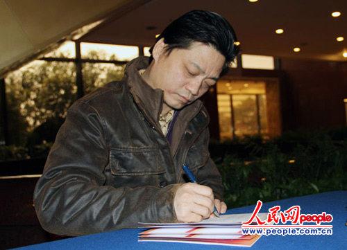 崔永元接受记者采访并给本网网友写寄语。人民网记者 黄维摄