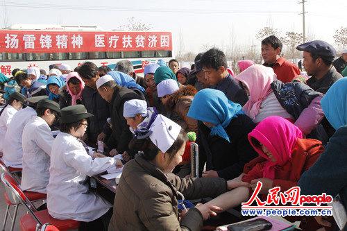 每一个义诊点都挤满了前来看病的村民