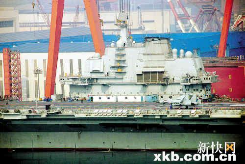 ■今年3月1日,辽宁大连,正在进行改装的瓦良格号航母甲板上展现了两架类似舰载机的模型。CFP图