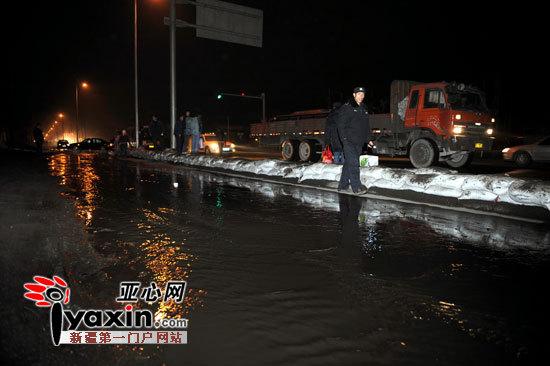 新疆乌鲁木齐市北站三路遭融雪性洪水侵袭