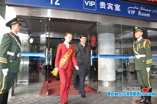 """新疆机场贵宾部迎""""两会""""代表返回乌鲁木齐"""