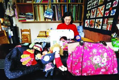 王银从小就喜欢手工制作,家里没有布娃娃,她就自己做沙包,毽子玩;上