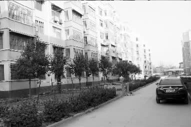 小雅回到老家后,不敢回家,就在自家附近的小区租房居住。