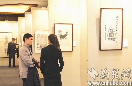 图为 北京一场秋拍预展开幕,市民在参观集中亮相的中国书画