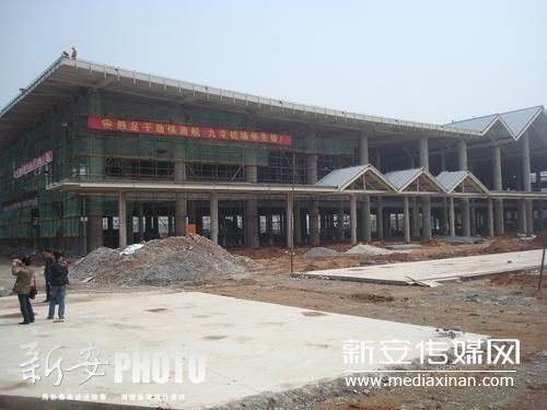 2012年4月11日上午,池州九华山机场建设工地上,机场航站楼主体工程已完工。