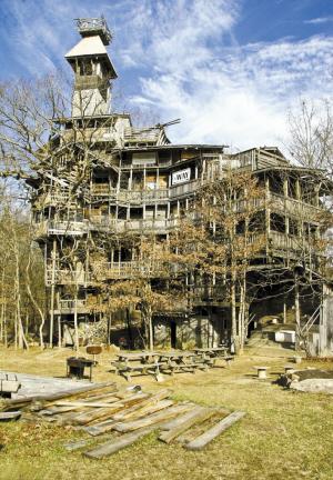 伯吉斯介绍说,这座纯木结构建筑共有10层楼高,其主体结构是通过6棵树
