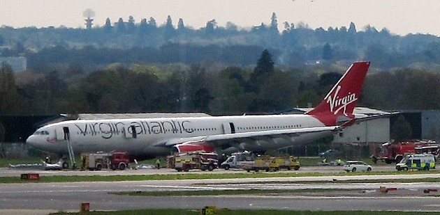 英客机起飞不久机舱着火紧急迫降 15人受伤