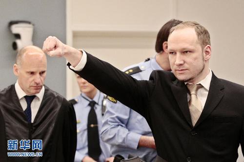 4月16日,在挪威奥斯陆法院,布雷维克摆出极右主义手势(新华网)