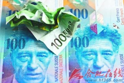 ○一张褶皱的100欧元纸币放在一张100瑞士法郎上.图片