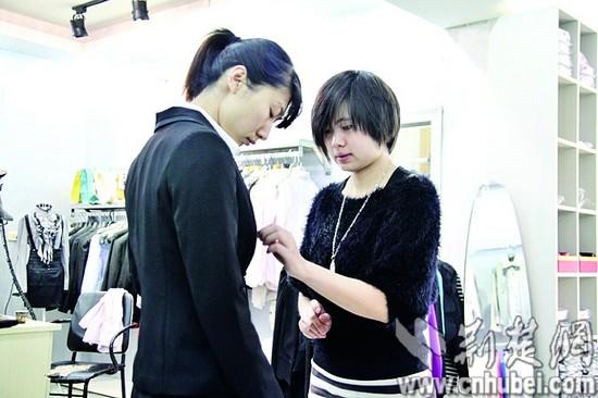 图为 冯紫娟在给求职者搭配服装