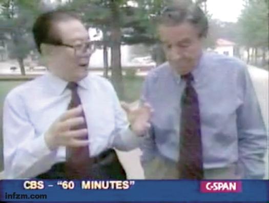 """2000年8月15日,华莱士在北戴河采访江泽民。在那次采访中,江泽民""""以惊人的坦率广泛地回答了一揽子问题""""。 (视频截图/图)"""