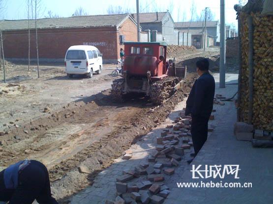 [基层建设年]霸州市南孟镇马坊村开工修水泥路