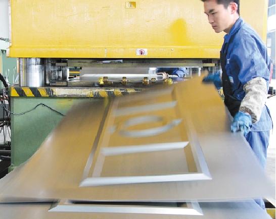 王力华爵集团运用4000吨级液压机械设备将安全防盗门的钢板一次性冲压成型,平整度高。运用这种设备可以将钢板进行深拉伸,而拉伸越深,立体感觉越好,给人一种视觉冲击感。 通讯员 梅芳燕 摄 浙江日报讯2012年,对于国内的门业企业,日子并不好过。原材料价格上涨、员工工资上涨、企业融资成本升高,特别是从2010年开始,我国实行史上最严厉的楼市调控政策至今,与房地产息息相关的门业市场受到严重冲击。业界甚至发出警示,中国门企将在此轮冲击中大洗牌。 但在中国门都永康,记者却发现完全不同的景象:以防盗安全门为核心