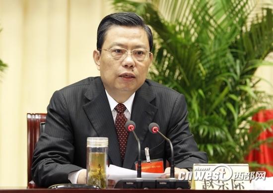 省委书记赵乐际代表省委常委会对省第十二次党代会报告进行说明。