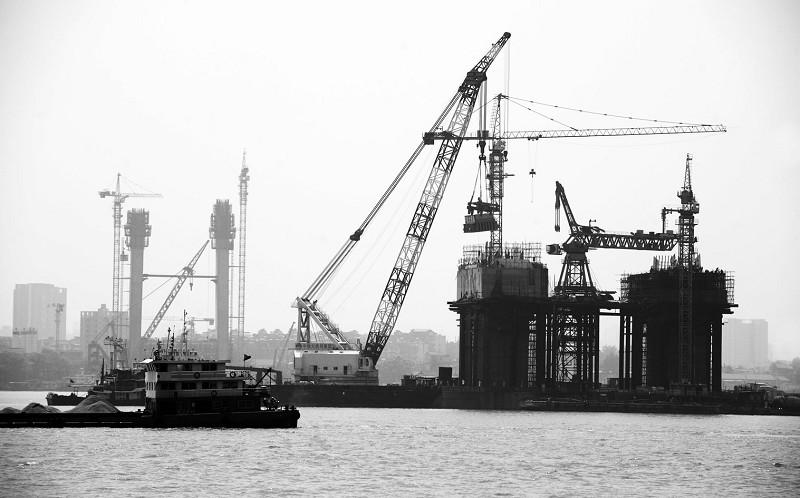 武汉鹦鹉洲长江大桥2号主桥墩钢塔吊装现场