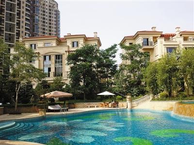 近期深圳别墅价格走势低迷.图为记者日前拍摄的深圳北站附近的别墅