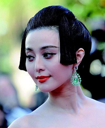 """这次她依然把中国风坚持到底,以一袭""""瓷娃娃装""""亮相戛纳开幕式红地毯"""