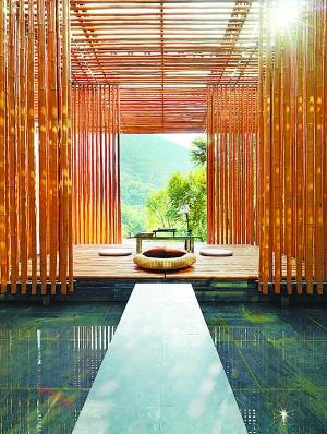 茶室有10多平方米,悬于水上,极具禅意.