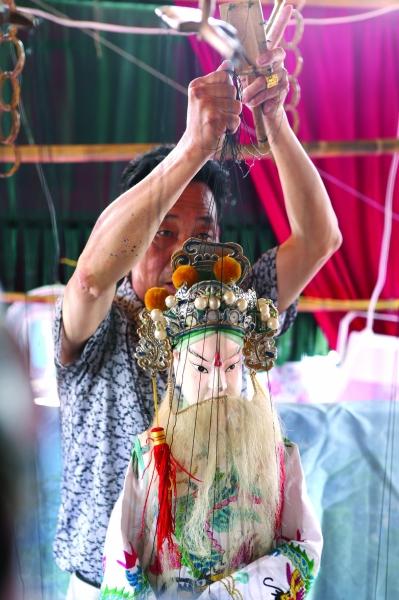 牵动着浓墨重彩服装华美的木偶演出的传统剧目,让在场的老观众鼓掌