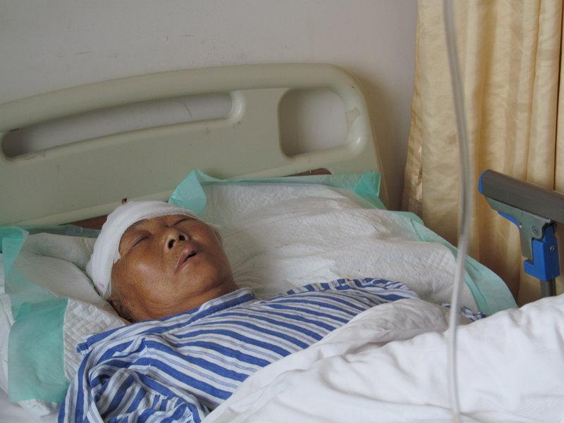 上海/2012年6月4日,上海,伤者在医院接受治疗。