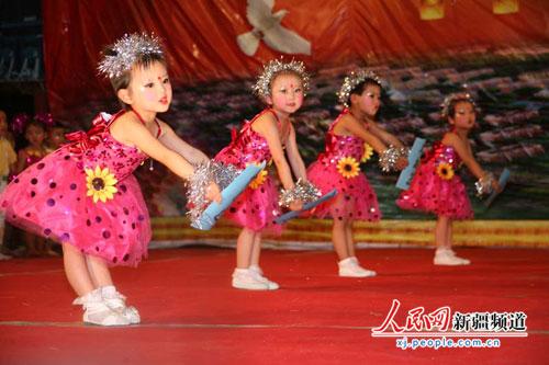 """新疆各族儿童手拉手欢度""""六一"""" 国际儿童节"""