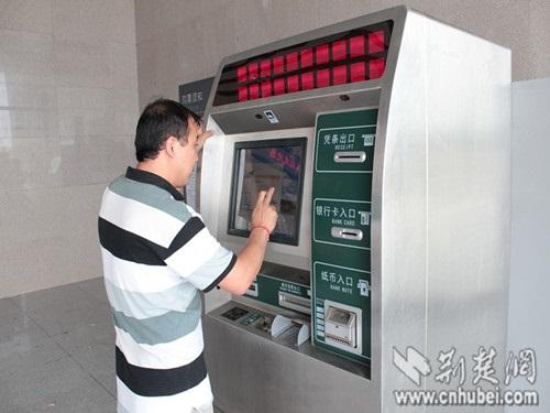 工作人员正在调试自动售票机