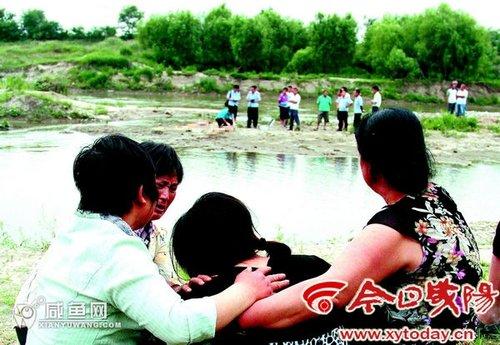4名少年在沣河玩耍,其中两名不慎溺水身亡,得知消息赶来的母亲悲恸欲绝。实习记者李梅摄