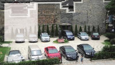 谭嗣同铜像广场被修建为停车坪后,谭嗣同铜像从此终日与车辆为伍。  (资料图片)