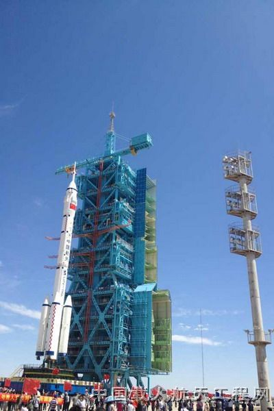 神舟九号飞船、长征二号F遥九火箭组合体安全转运至发射塔架(郭秀峰 摄)