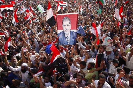 昨天,埃及开罗解放广场,穆斯林兄弟会的支持者庆祝穆尔西当选埃及总统。