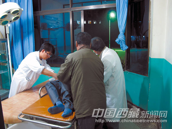 ????医生为尼玛检查受伤的大腿。 来自尼木县的司机尼玛(化名)给村里人拉石头的途中,突然手扶拖拉机刹车失灵,当时一刹车部件弹了出来,刺入了尼玛的左大腿。 拖拉机 刹车时司机大腿受伤 27日早上,尼玛起得特别早,因为同村的朋友前几天就拜托他帮忙拉一些石头回来。尼玛和家人说了一声,就开着手扶拖拉机出去了。按照以往的惯例,尼玛早上起来必须先要检查一下手扶拖拉机,还要发动一下,看有没有什么问题。而这次因为要赶在中午之前将石头拉回来,下午就可以帮姐姐把猪拉到镇里卖了。 责任编辑:王辉 不到中午,尼玛就在回来的路上