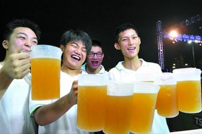 2012松江青岛啤酒节在上海大学生体育中心拉开帷幕