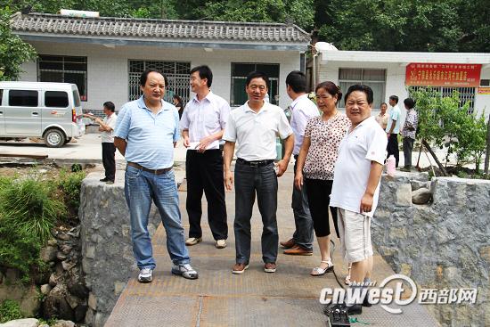 督查组在江口镇江河村查看正在建设的便民桥