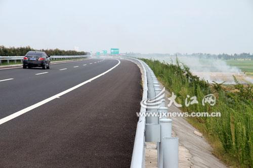 德昌高速公路两旁大面积烧秸秆浓烟弥漫(图)