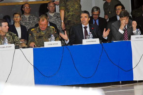 2012年7月11日,北大西洋理事会在科索沃举行会议。北约秘书长拉斯穆森(前排右二)在会上发言。