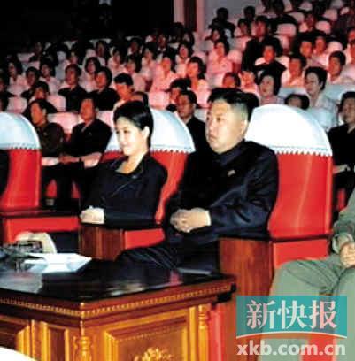 ■金正恩与一位女性在前排观看演出。