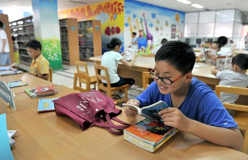 孩子们在安徽省图书馆内看书.-书香满假日图片
