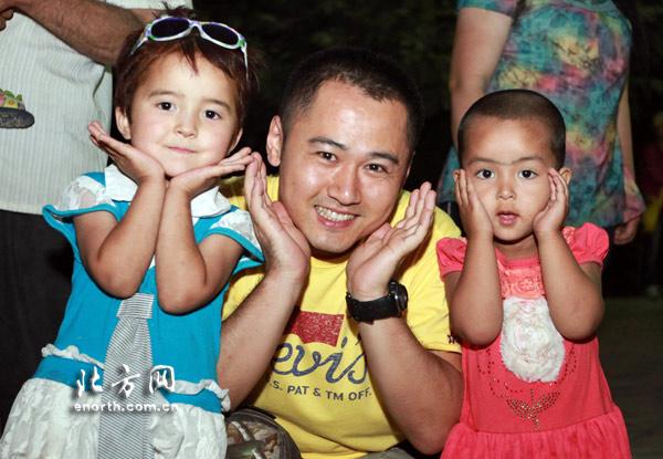 两名活泼可爱的维族小朋友教记者如何摆pose