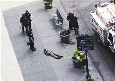 这是美国媒体8月24日公布的疑犯杰弗里被击毙后的图片。美国媒体尚未公布其正面图片。