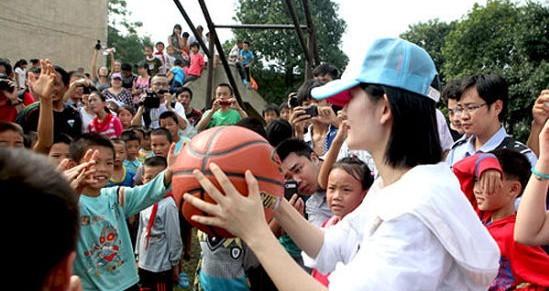 给视频送双运动鞋孩子v视频谢娜为教程穿鞋砖公益救孩子图片