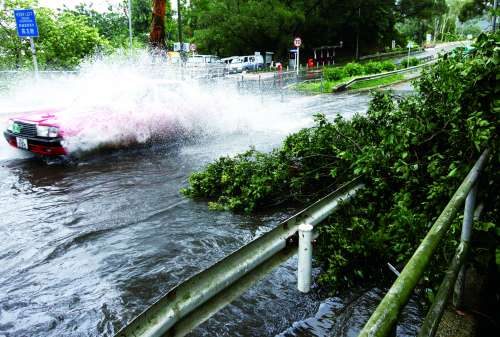 """7月24日,台风""""韦森特""""袭击香港,图为行进在道路上的出租车.-13"""