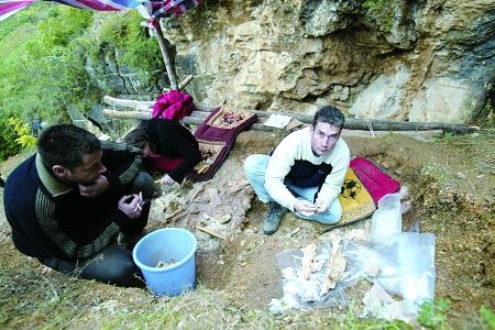 中外专家在龙骨坡遗址进行考察 记者 唐浩 摄